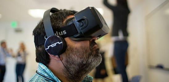 Estudiante con unas gafas oculus de realidad virtual en la formación